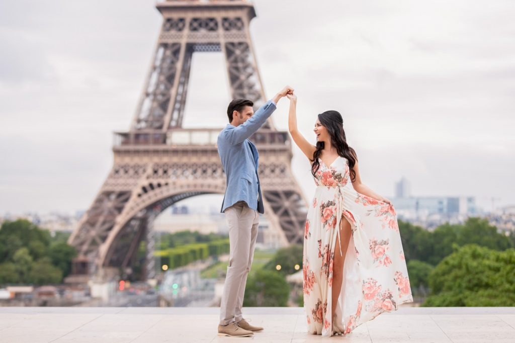 Eiffel Tower picture ideas for couples