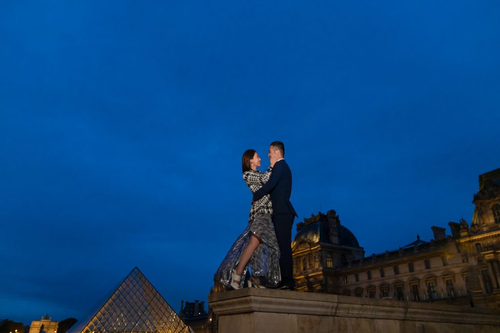 Romantic Paris couple photography by night at the Louvre Museum