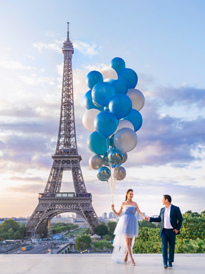 Eiffel Tower couple photoshoot with massive Blue Balloons