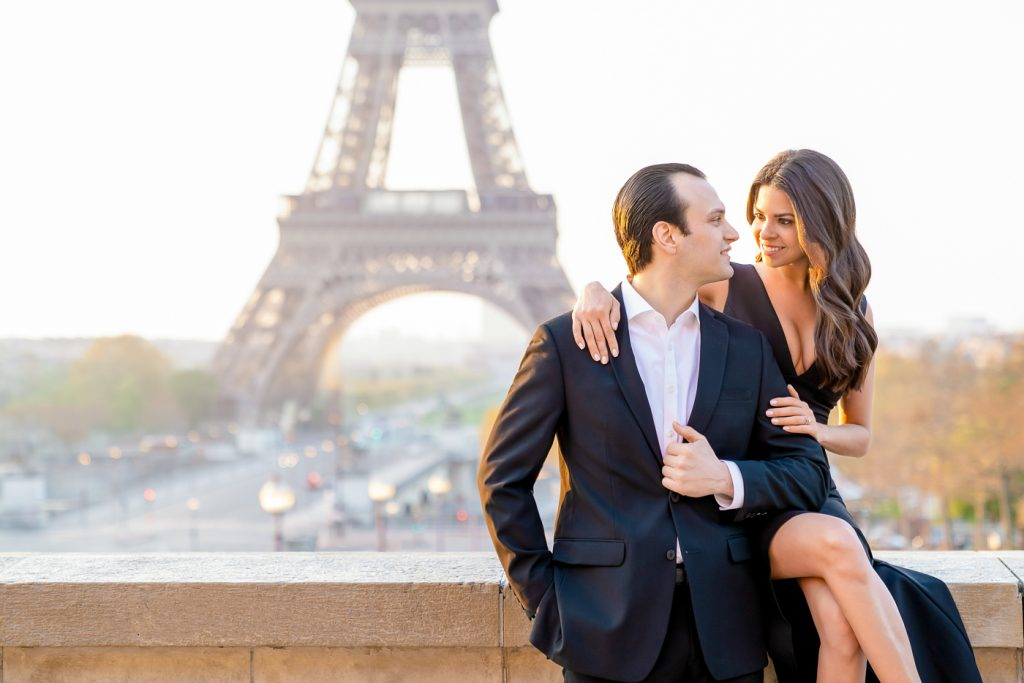 Posing ideas for couples at the Eiffel Tower