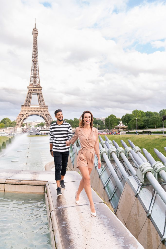 Super cute Eiffel Tower couple photo ideas at the fountain of Trocadero