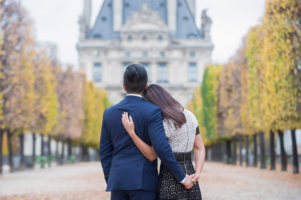 Classic poses for your couple photo shoot in Paris