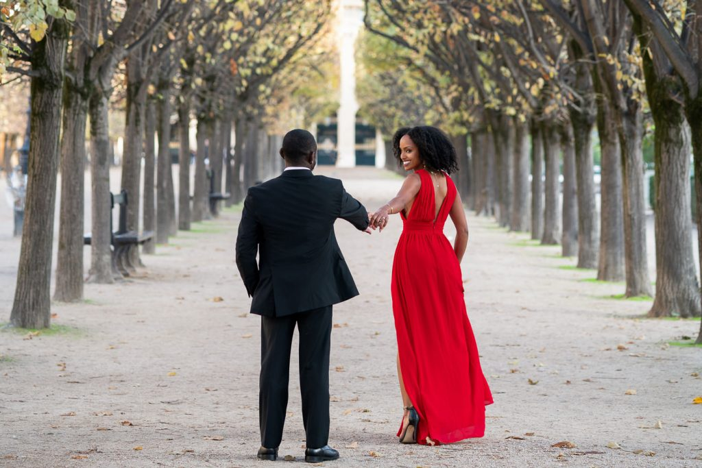 Cute ideas for couple photoshoot poses in Paris