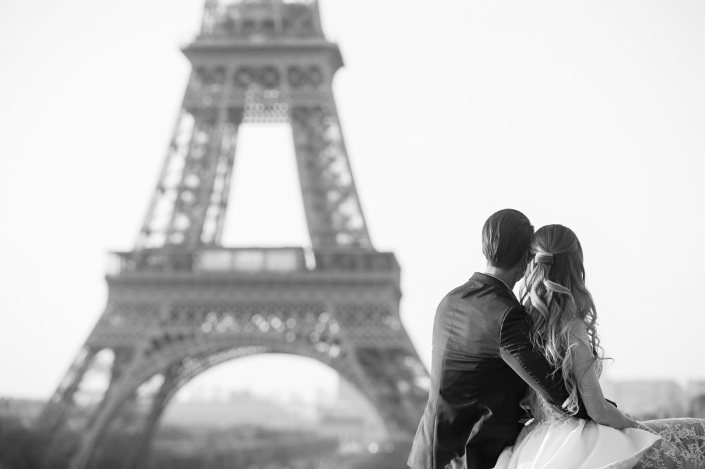 How to pose for your pre-wedding photos in Paris
